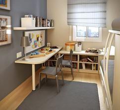 Smalle kinderkamer met bureau. Wanneer kinderen wat ouder worden zijn ze vaak blij met hun eigen kamer om zich terug te kunnen trekken. In deze kamer is een handig ruimtebesparend bureau gemaakt waar bijvoorbeeld huiswerk aan gemaakt kan worden.