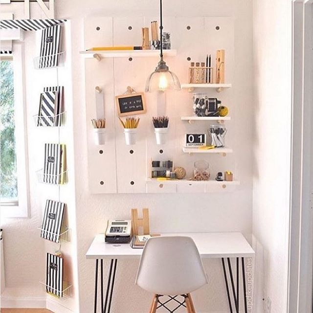 31 inspiring (small!) workspaces we spotted on @Instagram. (See them all via the link in our bio)! Photo via @dotandbo #SOdomino #smallspaces
