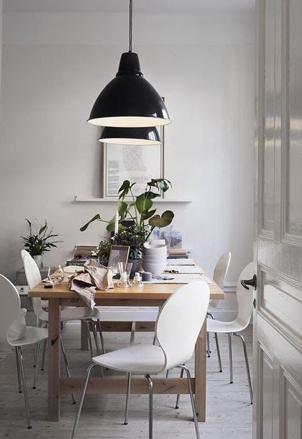dining room.. Hienot lamput ja tuolit..