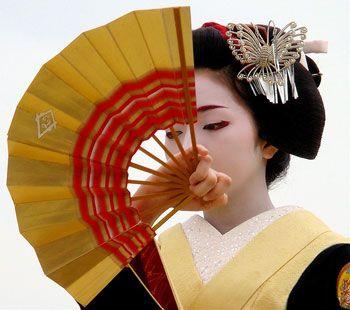 http://japonais.eu/Img/Geisha-Umegiku-eventail-.jpg