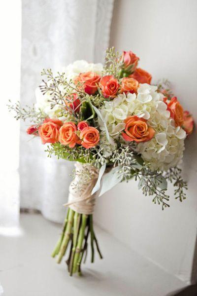En Riomar fotógrafos nos gusta este ramo de novia en tonos blancos y naranjas. http://riomarfotografosdeboda.com: