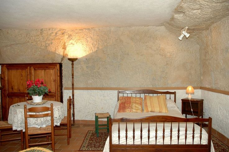 « Les caves », a gite for 2 persons with a closed courtyard. It's located in La Croix En Touraine, at the crossroads of numerous castles and diverse tourist curiosities. Gite on the south of Amboise, near the Chenonceau Castle.