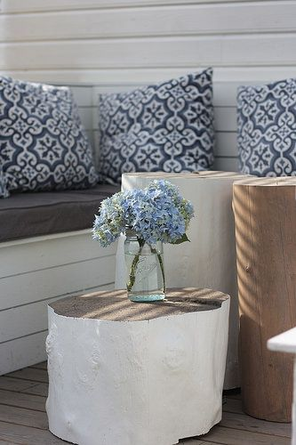 Stump tables. Painted logs work great as an outdoor table. DIY sofa with Mille Moi Marrakesh cushions. Stubber fungerer fint som utebord :)