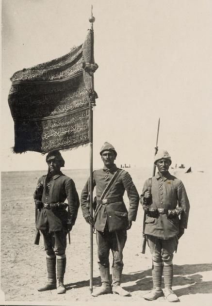 1917'de İngilizlere karşı Gazze'yi savunan Osmanlı askerleri ve alay sancağı.