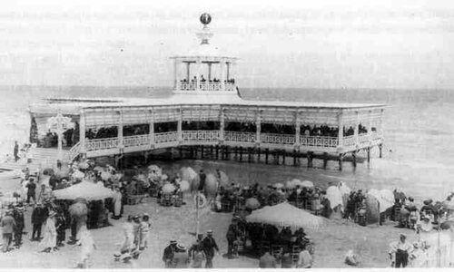 Plataforma flotante en el balneario de Las Arenas en Valencia
