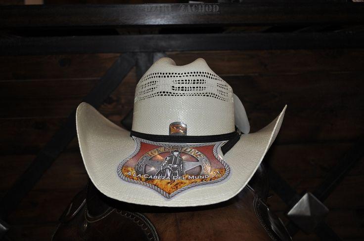Kapelusz prosto z Meksyku, firmy TOMBSTONE.  Kapelusz 15 X ROPER typu straw. Wysokość kapelusza 11,5 cm. Szerokość ronda 10,5 cm.  Potnik z miękkiej skórki. Otok z czarnej wstążeczki. Kolor ecru.