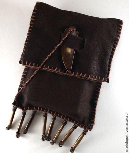 Купить или заказать Чехол для карт Таро в интернет-магазине на Ярмарке Мастеров. Этот ' дикий' чехол для карт Таро сделан из коричневой кожи грубой выделки. Простой ' ручной' шов и бижу из кости сделали его привлекательным для многих. Чехол для для одной из моих рабочих колод - Языческое Таро. Часто я ношу её с собой и перекладываю с сумки в сумку. Практичность чехла для рабочей колоды - важное качество. Этот чехол отвечает этому требованию.