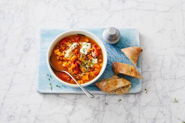 Peulvruchten doen het ook heel goed in soep. Lekker met zoete aardappel en tomaat. - Recept - Allerhande