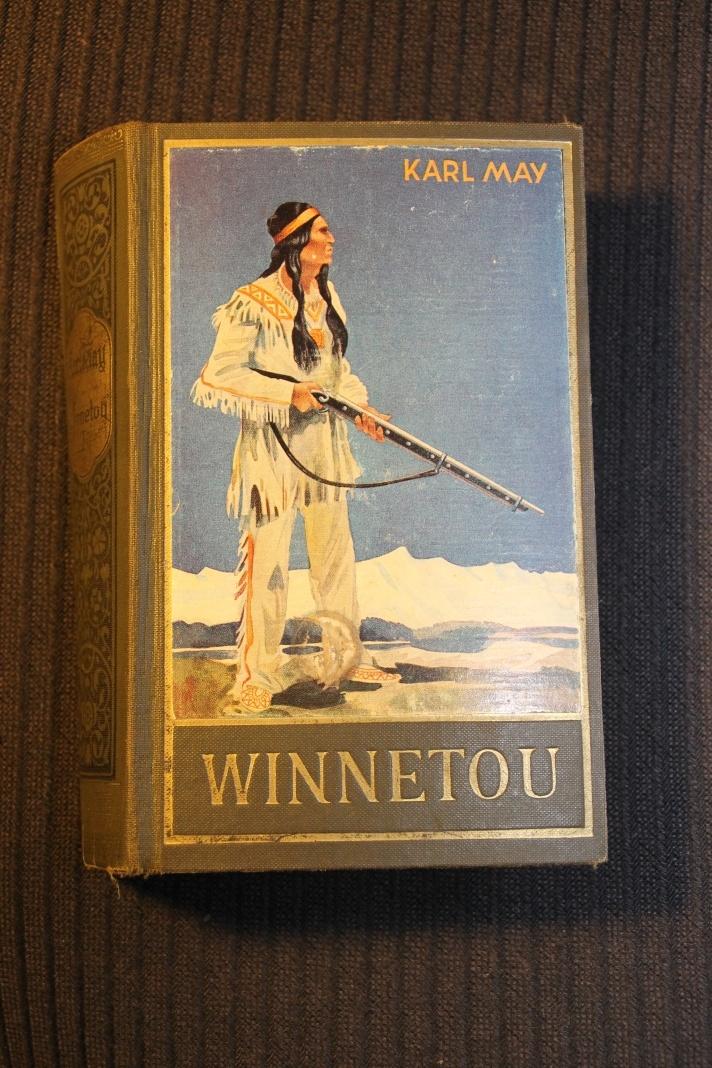 """""""Winnetou I"""" liegt hier als einer von über 60 gelesenen Karl May Bänden"""