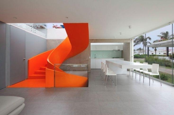 schlichtes zurückhaltendes Esszimmer und futuristische knall orange Treppe