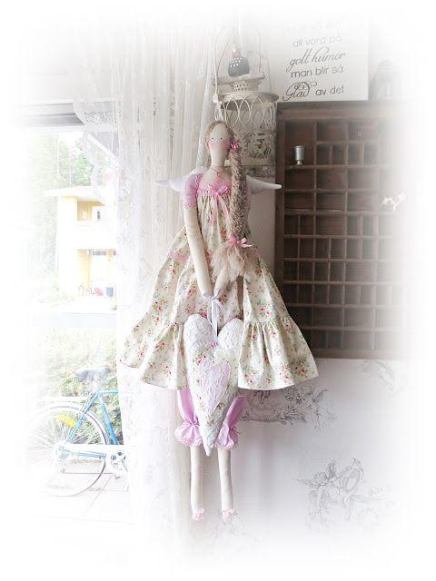 076bf225cf7d Kickis sytt nytt och nött: Sommar klädd Tilda ängel med volangklänning