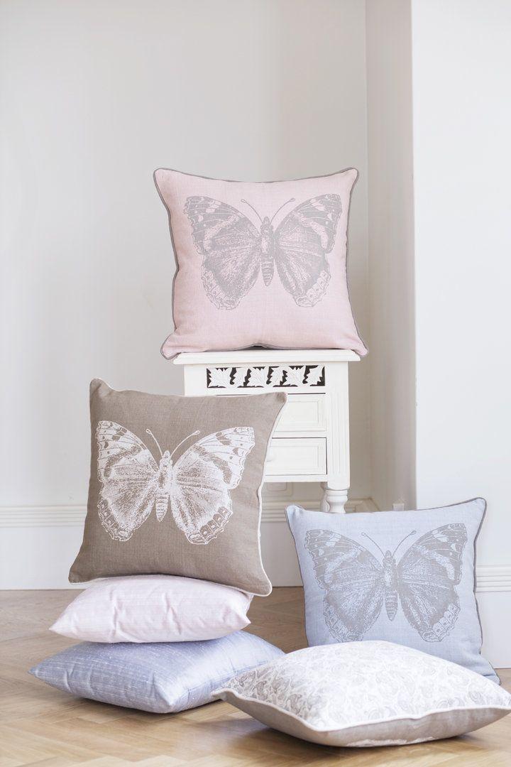 ISOLDE-tyynyissä on perhosen kaverina toisella puolella ihana paisley-kuosi. #lennol #cushion #butterfly #paisley