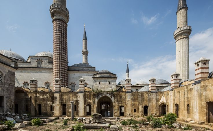 Edirne'nin simgelerinden biri olan Saatli Medrese, Osmanoğulları tarafından yapılan ilk medreselerden biridir. 1437-1447 yılları arasında II. Murat'ın isteği üzerine inşa edilmiştir.