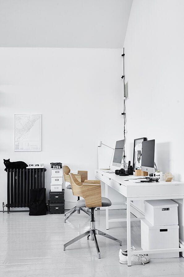 Mix oud en nieuw interieur   IKEA IKEAnl IKEAnederland wooninspiratie inspiratie wooninterieur studeerkamer werkkamer kamer zwart wit minimalistisch scandinavisch scandinavië ALEX bureau FJÄLLBERGET vergaderstoel bureaustoel stoel