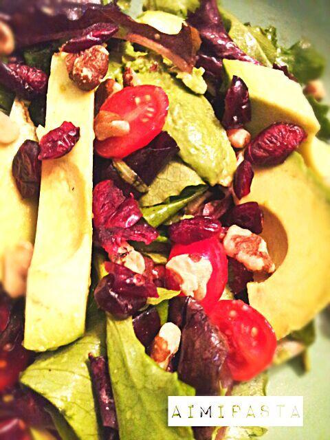 ナッツやドライフルーツを入れて、歯ごたえが楽しめるサラダ♪  ミックスレタス アボカド ミニトマト ウォルナッツ ドライクランベリー EVオリーブオイル バルサミコ酢 アガベシロップ ソルトn ペッパー - 42件のもぐもぐ - アンチエイジングサラダ☆anti-aging salad by aimipasta