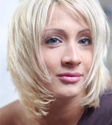 Las protesis capilares o pelucas ya sean de pelo natural o artificial son ideales para aquellas personas que deben tratar con largos periodos de caida del cabello o con personas que han perdido su cabello por completo