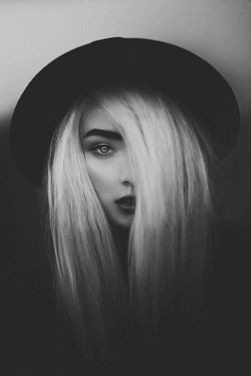 Einfaches schwarz-weiß Portrait aber auch so, dass es oben hell ist und unten dunkel
