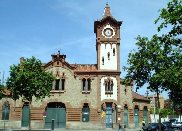 At the time of writing, La Bordeta is undergoing a general renovation plan centred around the Can Batlló area, including the old La Magòria railway station (shown here), which will bring new housing and facilities but is causing a lot of disagreement.