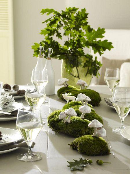 Weiße Pilze und grünes Moos, kombiniert mit eleganten Gläsern sorgt für eine wunderbare Tischdeko.