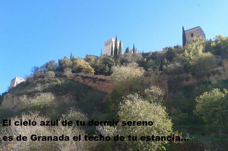 A Lorca en Valderrubio Cálida luz de otoño en tu Granada. Y sombra cálida al ciprés del pozo. Sombra me dan ahogando mi sollozo y sol le dan a mi palabra atada. Tu casa vi de versos a...