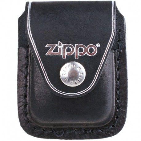 Zippo Port Bricheta Clip Negru este un accesoriu elegant cu ajutorul caruia iti vei proteja bricheta ta zippo si vei putea avea acces usor la ea oricand ai nevoie. Realizata din piele neagra, aceasta husa se poate prinde la curea cu ajutorul unei cleme metalice.