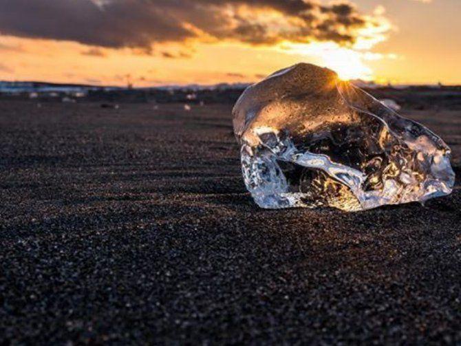 近年注目を集めている北海道豊頃町のジュエリーアイスを知っていますか?最初に画像を見た時は「これって作りものじゃないの?」と思ってしまったほど美しい光景でした。磨き上げたクリスタルのように透明な氷、それを散りばめた冬の浜辺。この冬はジュエリーアイスを見に行く旅を計画してみてはいかがですか?