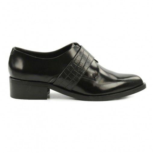 Platte zwarte schoenen van lakleer, we zien ze steeds vaker voorbij komen in fashion-land en wij hebben ze! Draag ze onder een opgerolde jeans, jurkje of skinny broek en je bent gekleed volgens de laatste trends. Nog een leuk detail: over de wreef loopt e