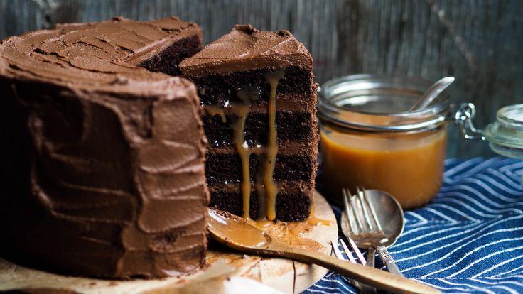 Jeg er nødt til å legge ut denne kaken på nytt. For den er så sjuk god! Det er jo ingen hemmelighet at jeg ELSKER karamell og sjokolade så dette er kanskje min drømmekake. Denne kaken er noe av det villaste jeg har laget. Her har du ALT jeg elsker. Sjokolade og karamell i en …