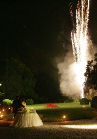 I fuochi d'artificio durante il taglio della torta al Castello di Marne