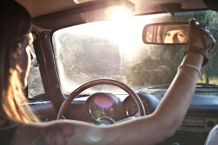 Looks... - An italian girl drive the Alfa Romeo GT Junior.