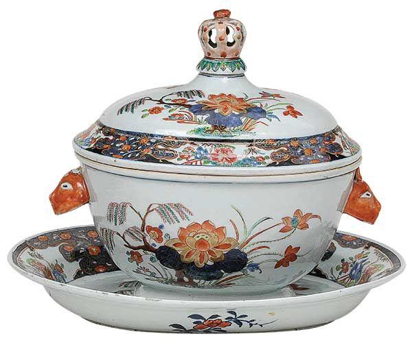 """Sopeira ovalada e seu """"presentoir"""" em porcelana Companh.."""