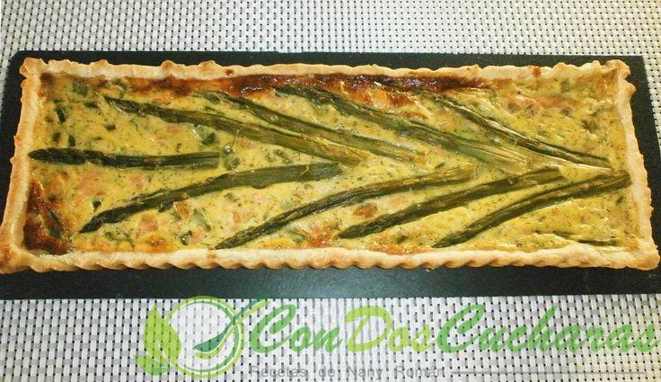 Quiché de salmón y espárragos verdes | ConDosCucharas.com