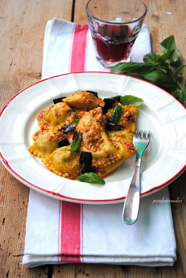 Ravioli di melanzane al pesto rosso pomodori secchi e mandorle (senza cottura) ideale anche per bruschette