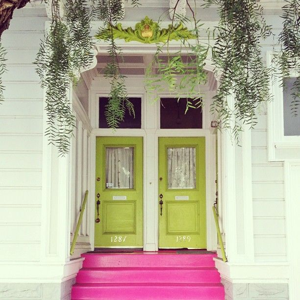 Yasmine Elizabeth >> Love the pink stairs, such a bright welcome into a home!