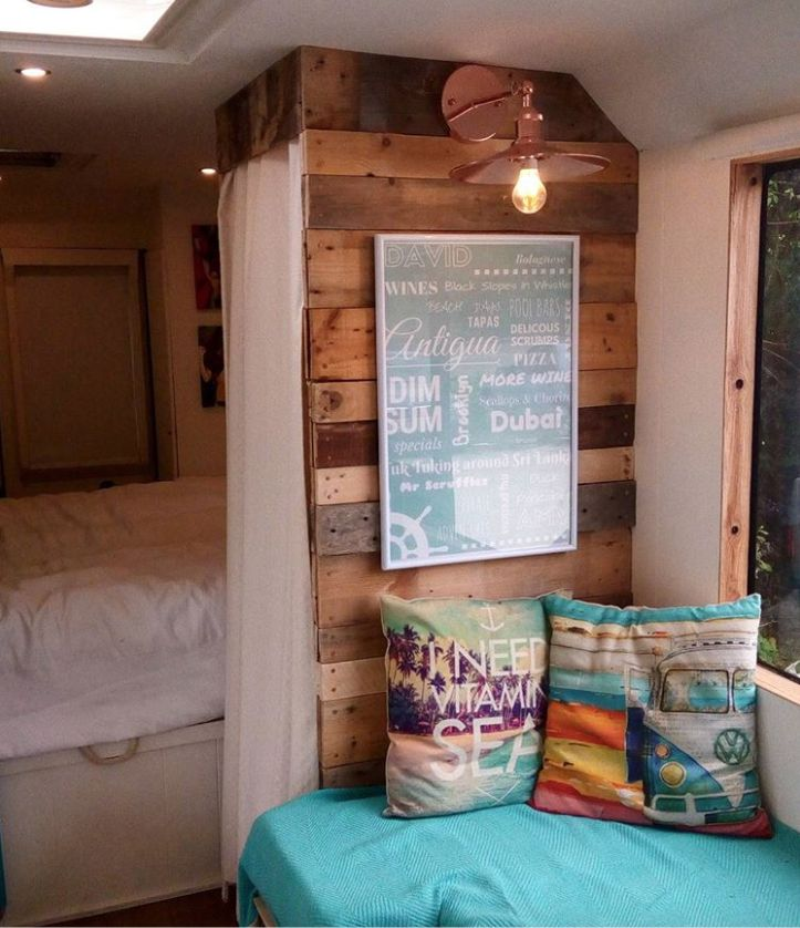 Una pareja convierte un viejo microbús en una cabaña de lujo, con un interior de 10 #lavozdelmuro #decoracion #autocaravama #fiat #viajes #DIY