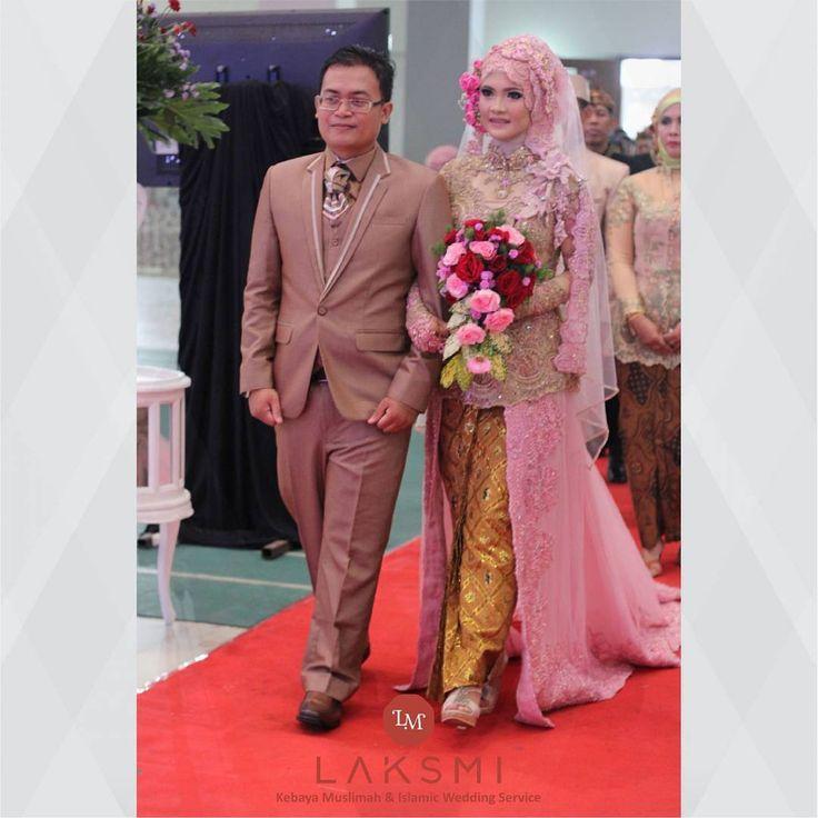 Sepasang pengantin terlihat sangat serasi dengan busana pernikahannya.   Mempelai wanita mengenakan kebaya bernuansa cokelat dengan kombinasi warna pink. Dua warna ternyata bisa cocok ketika dipadukan dengan bantuan detail-detail yang cantik. .  .  #kebayalaksmi #laksmi #kebayamuslimah #islamicweddingservice #kebaya #surabaya #kebayasurabaya #kebayaindonesia #sewakebayasurabaya #sewakebayamuslimah #islamicwedding #moslemwedding #weddingdress #pernikahanislam