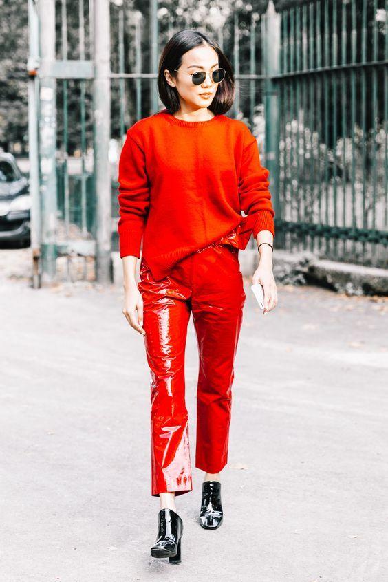 Como investir num visual maximalista descolado. Look monocromático todo vermelho, sue´ter vermelho, calça de vinil vermelha, ankle boot de vinil vermelha.