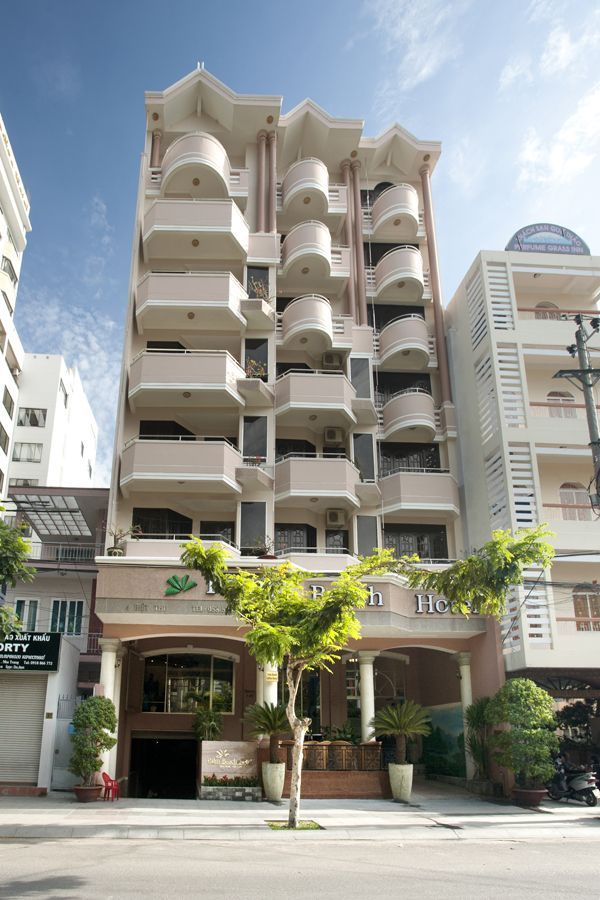 Palm Beach Hotel Nha Trang 3*, Нячанг. Отель расположен примерно в 50 м от пляжа. Отель Palm Beach построен в современном стиле, состоит из 8-этажного здания (есть лифт). В отеле 56 номеров (standard rooms). Отель предлагает уютные ресторан, бар у бассейна и кафе на террасе, крытый бассейн