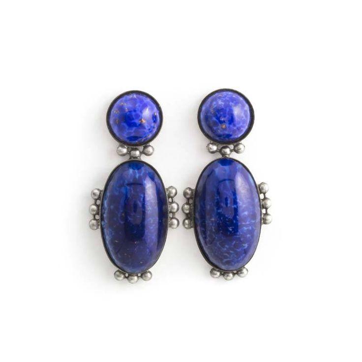 Fraaie donker blauwe oorbellen in art deco stijl. De oorbellen zijn voorzien van stekers.
