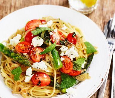 En vårinspirerad vegetarisk pasta med grön sparris, plommontomater och feta. Den…