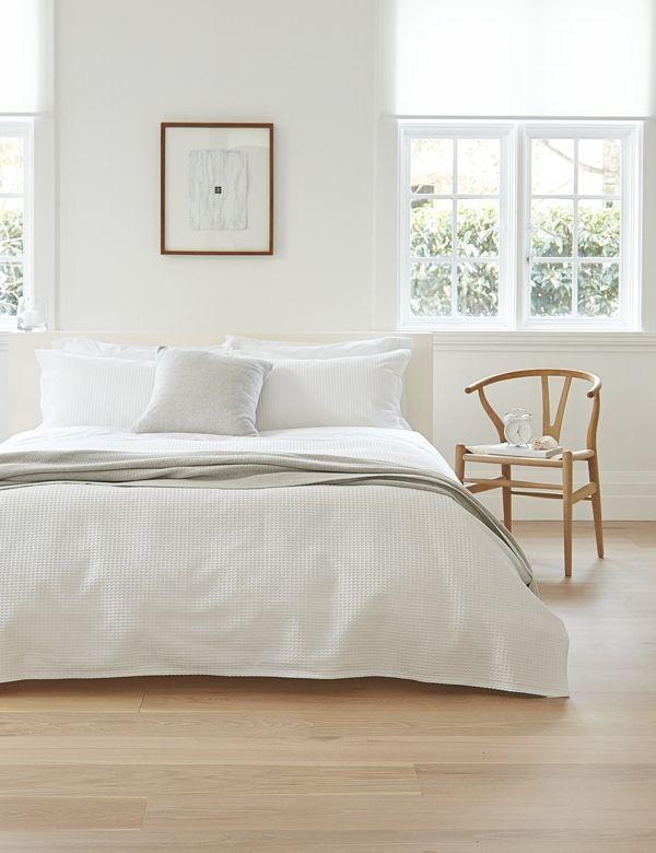 skandinavisch einrichten schlafzimmer ideen holzstuhl holzboden weiße bettwäsche
