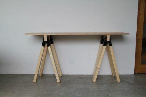 分解できるソーホース(馬脚)の机DIY。必要なときだけ組立てられる作り方! ソーホースブラケットと2×4材(ツーバイフォー材)で作った馬脚が、天板につけた木材を挟むことで簡易的に机が出来ます。もちろん挟み込んでいるだけなので天板と馬脚が取り外せて片付けが可能!しっかり固定したいときは馬脚と天板をビス留めできるので作業台としても使えます。今回はソーホースブラケットを使った分解できる机の作り方を紹介します。