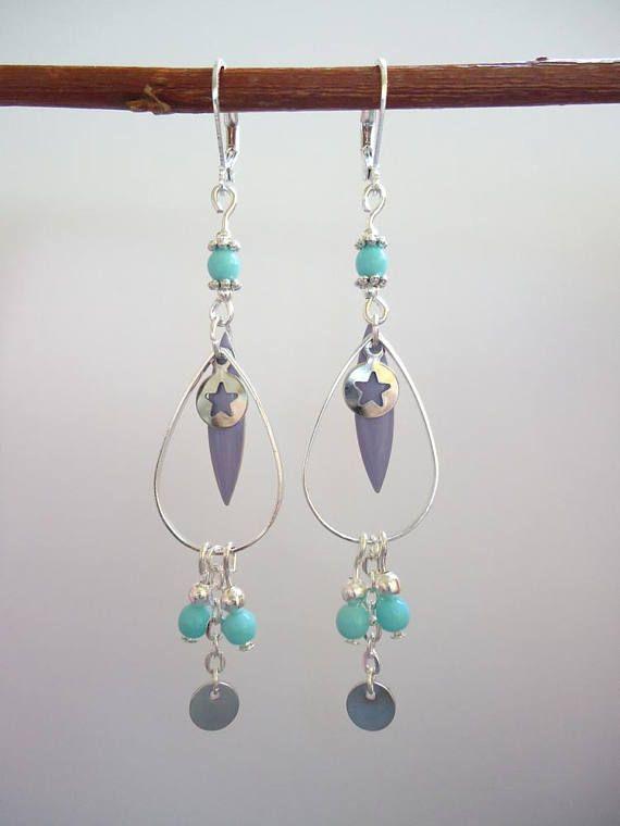 Ces boucles doreilles sont composées dun anneau géométrique argenté, de perles argentées et bleu clair ainsi que de sequins violets.  Elles mesurent 8 cm.  Nhésitez pas à me contacter pour tout renseignement complémentaire.