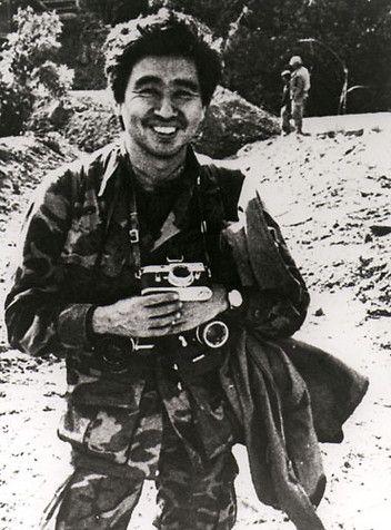 Keizaburo Shimamoto (1937-1971) photographe de guerre japonais. Tué lorsque l'hélicoptère, il était dans le long avec les photojournalistes, Larry Burrows, Henri Huet et Kent Potter, a été abattu alors qu'il couvrait «Bouche de l'Opération Tigre ', une invasion blindée massif du Laos par les forces sud-vietnamiennes contre l'Armée populaire du Vietnam et le Pathet Lao.
