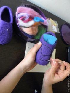 Добрый день! Хочу поделится с Вами одним из способов валяния детских тапочек. Для этого нам понадобиться: шерстяная лента, детское мыло(я заранее заливаю мыло кипятком и даю ему раствориться), ВШМ или всевозможные массашеры, пупырчатая пленка москитная сетка и немного терпения.Давайте начнемНа заранее приготовленные шаблоны начинаем выкладывать шерсть в три слоя, отрывая от ленты по тонкой прядке.