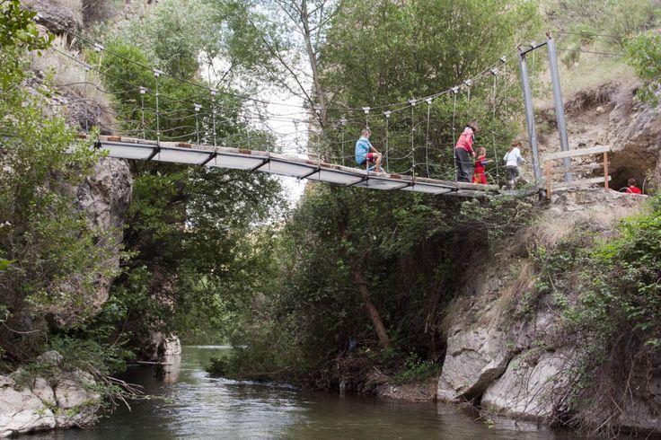 Puente colgante sobre el río Castril.