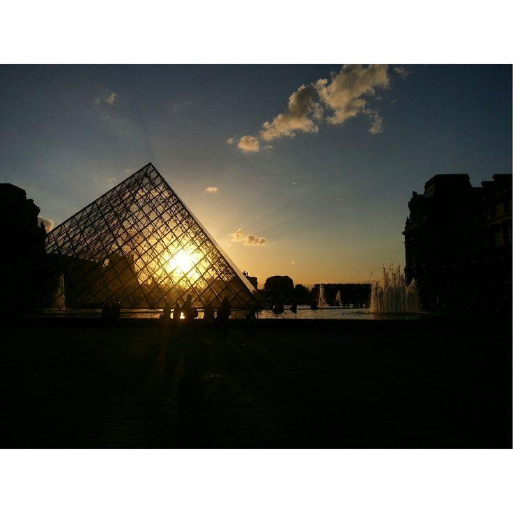 Soleil couchant sur la Pyramide du Louvre