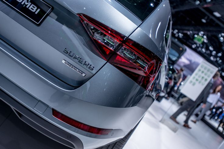 With fuel consumption of just 3.7 l/100 km and CO2 emissions of just 95 g per km (hatchback), the ŠKODA Superb GreenLine 1.6 TDI/88 kW sets the environmental standards within its segment both as a hatchback and an estate. On a full tank, the 'green' version of the new ŠKODA flagship has a maximum range of more than 1,780 km. Adjustments to the engine and gearbox technology, low-resistance tyres and aerodynamic improvements have made this possible #SKODA #IAA2015 #IAA #SKODAIAA #NEWSUPERB…