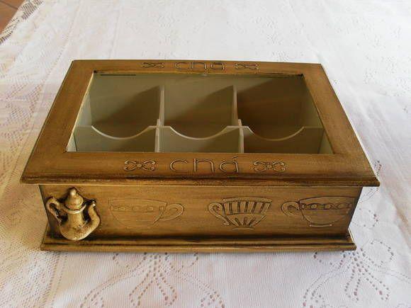 Caixa de chá com 6 divisórias. Tampa com visor em vidro e dobradiças. Detalhes em relevo na tampa e nas laterais e aplique em  resina .A cor pode ser mudado de acordo com a preferência. Opções de cores: verde nogueira (da cx com bambús),  tabaco (este da foto) R$ 50,00