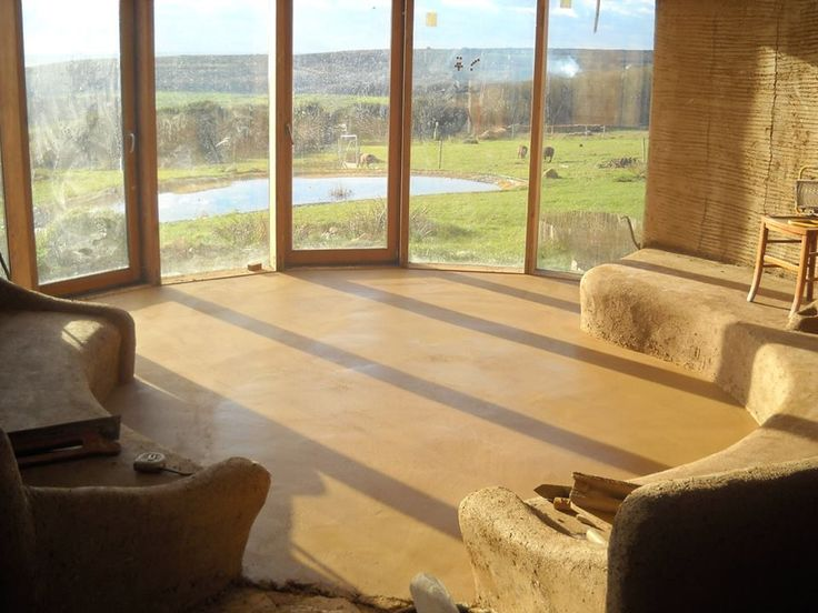 This photo is an earthen floor and a cob (clay, sand, straw) bench built inside a passive solar strawbale home. Read more at www.franckdeboute.blogspot.fr/2010/12/bientot-sur-vos-ecrans-le-grand-benoit.html (more pics at www.embrunsdherbe.blogspot.fr/)